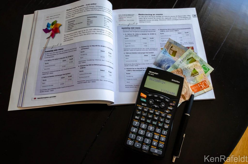 En realistisk månadsbudget enligt Mark Ford har sex stycken olika delar. Två av dem är sparande .
