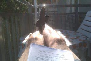 Fötterna på bordet går bra om du arbetar hemifrån balkongen.