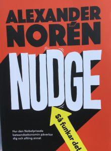 Nudge eller puffning - Alexander Noréns bok recenserar jag nu.